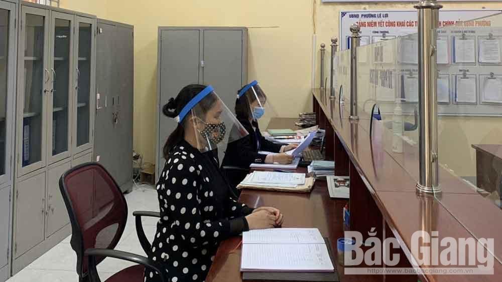 TP Bắc Giang: Nhiều cán bộ, công chức tự làm mũ kính bảo hộ phòng dịch